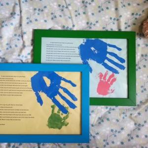 Die Handabdrücke der Zwillinge entstanden in der Krabbelgruppe und sollen im neuen Zimmer endlich an die Wand!