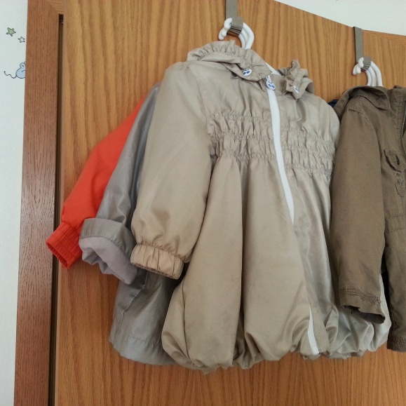 Der Kleiderschrank ist mini und die Garderobe hat sich hinter der Tür versteckt.