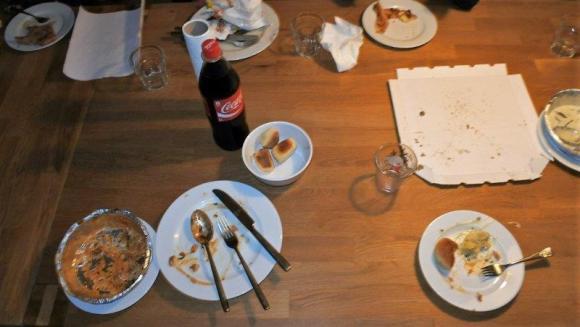 Pizza essen am Abend