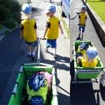 Zwllinge mit Bollerwagen -Zwei kleine BVB-Fans