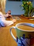 Ein wenig Familienidylle. In Wahrheit starren wir Erwachsenen lethargisch in unser Kaffeetassen und versuchen wach zu werden.