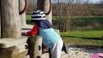 Kleinkind klettert auf dem Spielplatz. Mamablog.